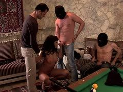 Junges Blowjob Girl beim Gruppensex gebumst